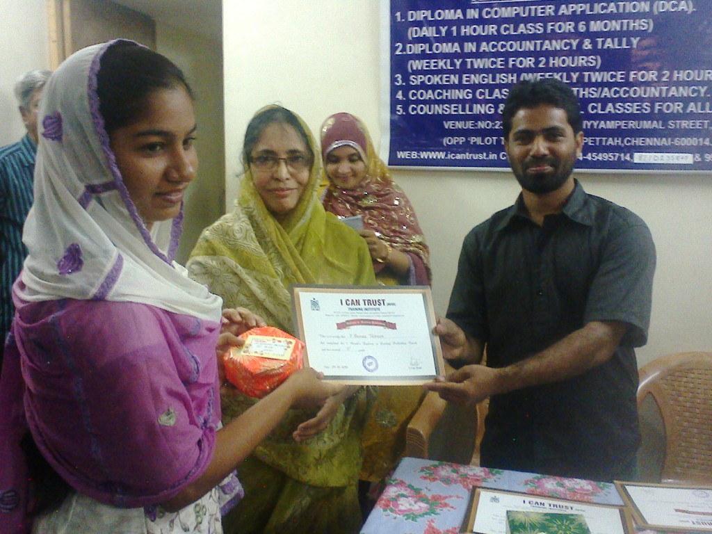 Z. Bushra Tazkeen receiving the Third Prize Certificate