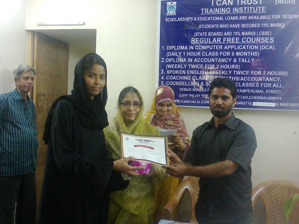 S. Aabidha Nasreen receiving the Third Prize Certificate