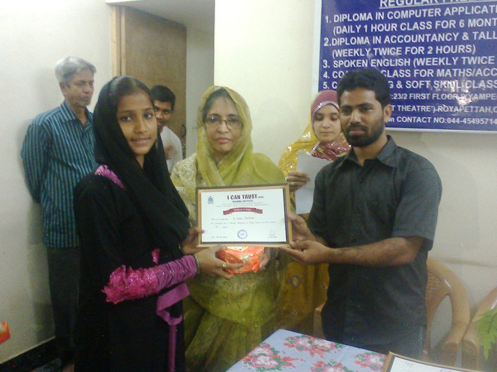 K. Syed Fathima receiving the Third Prize Certificate