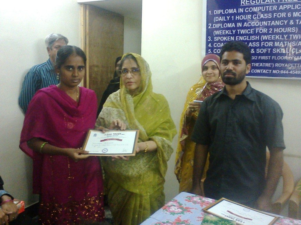 R. Leelavathy receiving the  Certificate